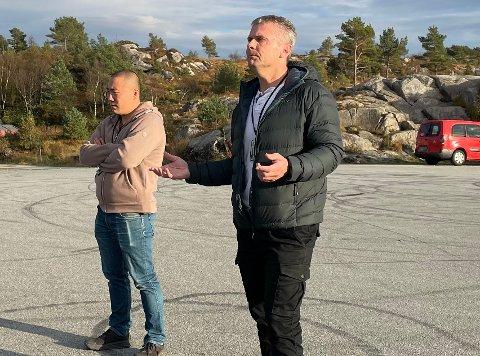 MØTE: Politibetjent Joacim Strand (til venstre) var med på møtet med ungdommene i Dragavika onsdag. Fredag var han med på å kontrollere tohjulinger på Frakkagjerd. Her sammen med politioverbetjent Lars Grindheim.