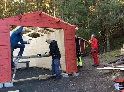 Dugnad: Nå blir det garasje i Mosåsen, ved hjelp av lokalt næringsliv og kommunale midler. Garasjen settes opp på dugnad. Foto: privat