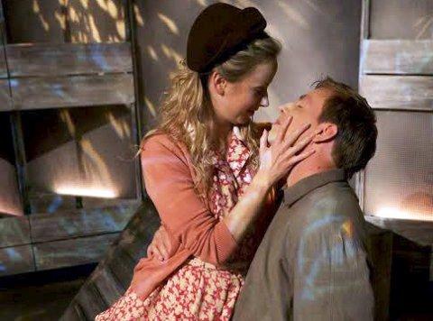 I krig og kjærlighet: Johanne Fossheim og Andreas Ven Langø har rollene som Alfhild og Andreas i «Den blå tid» som vises i Mosjøen kulturhus 29. og 30. september. Foto: Presse