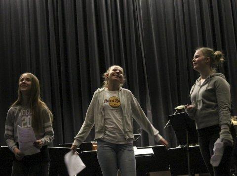 Space and beyond: fv. Johanne Sæterstad, Elise Myrvoll og Elisabeth Nybostad jobber med teater og replikker som står til temsaet for forestillingen. foto: Benedicte Wærstad
