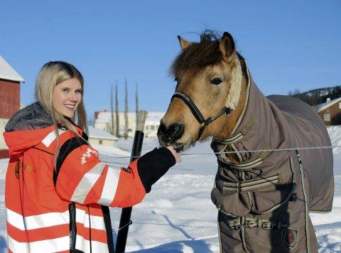 SJELDENT MØTE: Det er ikke ofte Celina Kongsdal hilser på hestene. Og det er ikke ofte man møter en 17-åring som Celina.