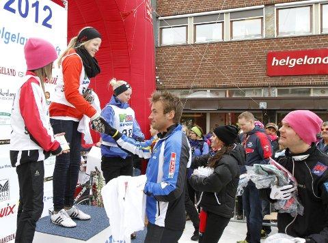 UNGDOMSSPRINTEN 2012: Premieutdeling med Petter Northug, Øystein Pettersen og Heidi Weng for seks år siden. Lørdag stiller garantert Petter og Øystein opp igjen når løperne skal ha sine premier.  FOTO: PER VIKAN
