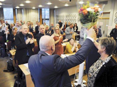 1. HYLLET PÅ VEI UT: Stående applaus gjør noe med alle, mener Jann-Arne Løvdahl, som snudde seg beveget mot et kommunestyre som ikke lenger er hans. Jann-Arne forlot salen med «Ha det bra, folkens!» bare noen minutter etter at han gikk av onsdag. 2. DER HAN OGSÅ TRIVDES: Jann-Arne Løvdahl (for sikkerhets skyld til høyre) jobbet 21 år i politiet før han ble ordfører. Her sammen med kollega Per Osheim i 1980. 3. GAMLE DAGER: Her i oktober 2002 har Jann-Arne Løvdahl vært ordfører i ett år. Telefonledninga er lang og kongebildet ikke i nærheten av så gulnet som i dag. (Foto: David Kinsella). 4. SPENT KJÆRESTE: Sissel Reinfjell forteller at Jann-Arne sitter i ro bare på kino. Her vanker det håndtrykk og gode ord fra rådmann Erlend Eriksen og økonomisjef Asle Gammelli.