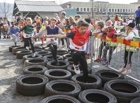 HINDERLØYPE: Skolesprinten 2019 ble en hinderstafett i stedet for stafett med ski på beina.