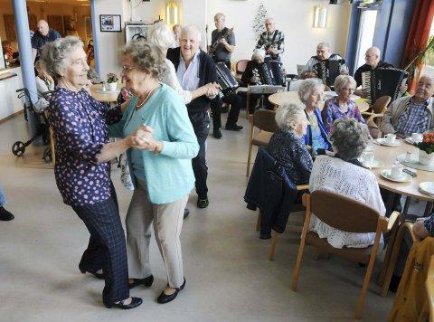 ETTERLENGTET SVINGOM: Edith Markås (t.v.) og Anna Elisabeth Hansen er ofte på dansekonsertene på Parken Bo i Mosjøen. Nå er sommeren slutt, og musikken har atter begynt å spille. Mon tro om det blir karer å danse med denne høsten? Damene danser uansett.