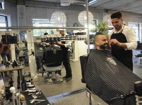 NYTT FJES: Yasser Alissa får stelt skjegget hos kameraten og barbereren Muhannad Shaikh Ibraheim hver uke. Syreren går i lære på Frisørtorget, hvor han også lærer fra seg.