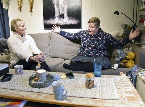 1. BETYDNING I FULL BREDDE: Elin Susanne Olsen illustrerer for ordfører Elbjørg Larsen hvor mye det ville betydd å få hjelp til noe så enkelt som en tur i fjæra for å tenne et bål og se på fjorden. Elbjørg lytter gjerne til at ordninga med brukerstyrt personlig assistent for ME-syke folk fungerer godt i andre kommuner. 2. GOD VENN: -Luna og katten er mine beste venner. Når man «bruker opp» folk, blir man selvfølgelig ensom, sier Elin Susanne Olsen. 3. NÅLEPUTE: Elin prioriterer krefter til å gjøre håndarbeid. En bamse som likner en gamle dagers barne-TV-helt har hodet fullt av nåler. Slik opplever også Elin at livet er. 4. GALGENHUMOR: Meldinga som er lent mot veggen kan bidra til å holde humøret oppe. Men dessverre er dette også en sann beskjed i Elins hverdag. 5. FAKSIMILE: Elin fortalte om kampen sin i Helgelendingen 20. desember.