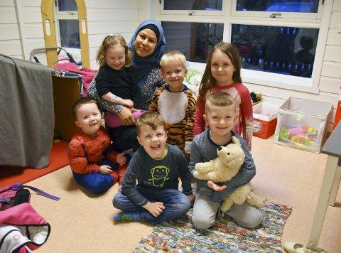 STØY OG SPRÅK: Marzie Ahmadyar (36) trives godt i Regnbuen barnehage. Her er språkpraksiseleven sammen med Aaron, Adele, Felix, Magnus, Michelle og Arn.