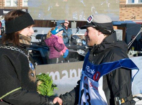 VANT I 2016: Petter Karlsson vant 100-mila i Finnmarksløpet 2016. Her blir han gratulert av Alta-ordfører Monica Nielsen.