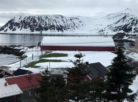MYE SNØ: Slik så fotballbanen i Honningsvåg ut onsdag ettermiddag.
