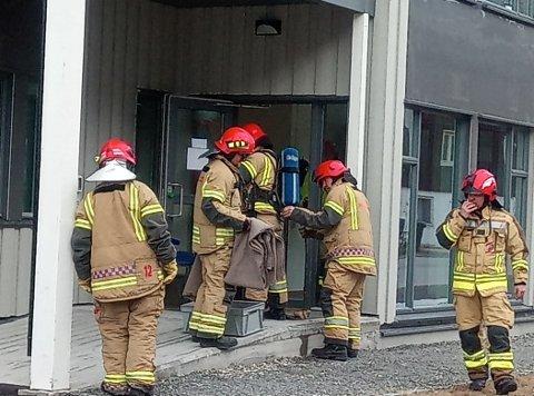 GAV BISTAND: Brannvesenet hjalp til med å lufte ut etter å ha ankommet helsesenteret. Flammene var allerede slukket.