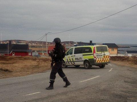 SPERRER AV: Politiet slapp ingen personer verken inn eller ut av Gamvik.