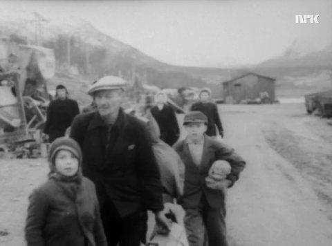 EVAKUERES: Trygve Nilsen mener dette er bilde av familien hans som evakueres. Trygve mener han selv er guttepjokken nede til venstre i dette bildet.