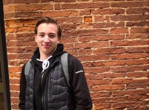 PÅ SKOLETUR: Isak Fløgstad Smeland er en av 23 elever som venter på å komme seg hjem til Vadsø fra Frankrike.