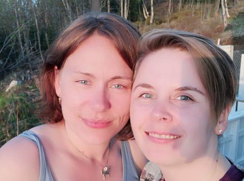 GIFTER SEG: Maria Kjile Niskasaari og Bjørg Alice Darjes søker en prest som er ungdommelig til sinns, livlig og ikke trangsynt.
