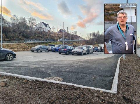 OPPRADERT: Hovedparkeringsplassen til sykehuset i Sandnessjøen har blitt noe utvidet og det er etablert parkeringsplasser for handikapene. Lars-Inge Ingebrigtsen, rådgiver drift og eiendom i Helgelandssykehuset forklarer at handikapplassene er plassert bakerst av logistikkmessige grunner.
