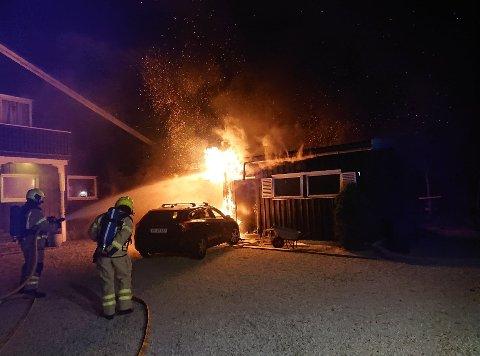 Brannmannskap i aksjon på Nærbø natt til fredag.