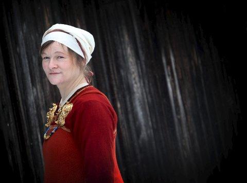 Vikingkvinnen: Astri Bryde bruker mye tid på å sy vikingdrakter med gamle teknikker.