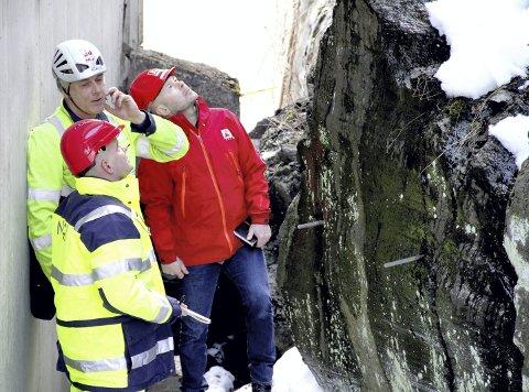 VURDERING: Senioringeniør Jan Eirik Hønsi i NVE (i rød jakke) var mandag på plass i Bakken for å vurdere rasfare og tiltak. Her sammen med Vidar Kveldsvik og Trond Vernang fra NGI. Foto: Lars Ivar Hordnes