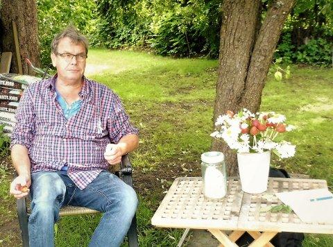 Fred Tore Henriksen på plass under pæretreet. – Hagearbeid er balsam for sjelen, synes han.