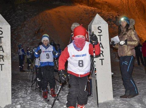KALDT: Tor Simen Dahle fra Tørn har pakket seg godt inn der han legger i vei ut fra start. Bak venter Torjus Tellefsen fra Kroken.