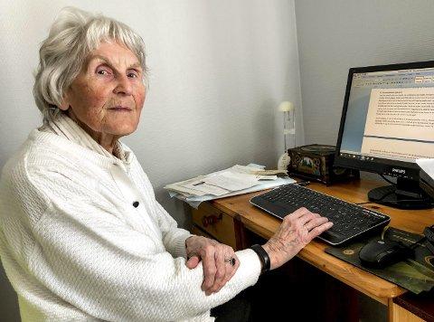 Edith Thiseth hjemme i sin nye leilighet på Skrubben. På pc-en har hun manuskriptet til sin bok om Furuholmen.
