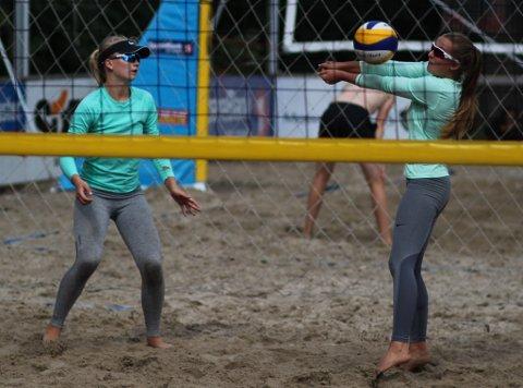 Tora Aksnes Øystese (t.h.) og Hanne Eikeland er makkerar på sandvolleyballbanen. (Foto: Privat).