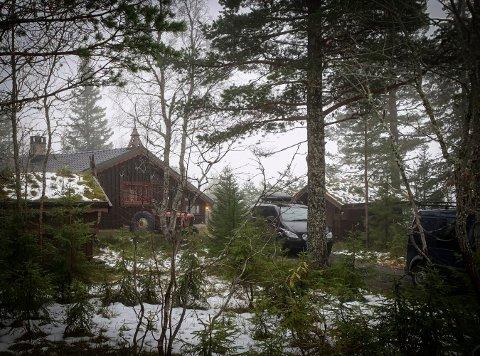 HYTTE: Det var på denne hytta i Blåberg-området en mann i 50-årene ble alvorlig skadet lørdag morgen. Mandag blir en mann i 20-årene varetektsfengslet.