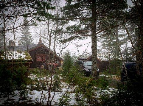 HYTTE: Det var på denne hytta i Blåberg-området at mannen i 20-årene skadet en mann i 50-årene lørdag 24. oktober. Han som er varetektsfengslet er i tillegg tiltalt for flere andre forhold.