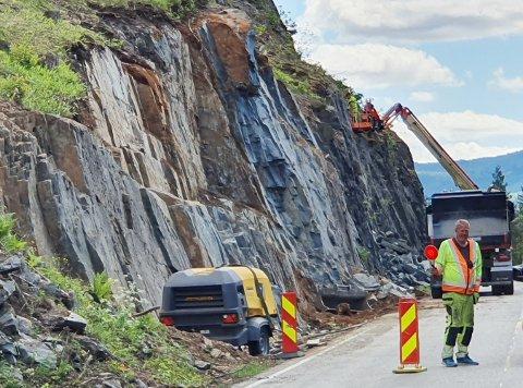 JOBBING: Det pågår veiarbeid på fylkesvei 40. Både rensking av skog og sikring av berg er på planen.