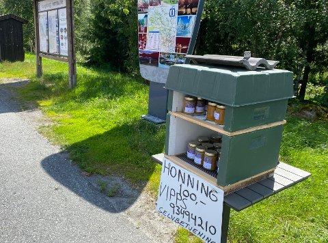 SELVBETJENING: To slike «honningselvbetjeningshyller» har birøkter Inge Roar Buland satt opp langs veien. En i Numedal og en her på Meheia.