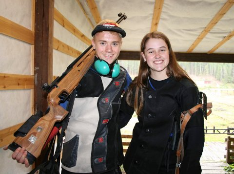 MESTER: Herman Baklid overrasket med å bli samlagsmester i feltskyting. Her sammen med Annbjørg Laugerud Skaug, som ble nummer tre i eldre juniorklassen.