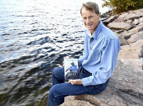 EVENTYREREN: Stein Hoff fra Engersand er ikke helt som andre 70-åringer. Han satte kurs over Nord-Atlanteren – alene i robåt. Den dramatiske ferden er nå skildret i boken Ro for livet.
