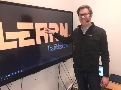 Hele landet: Daglig leder for Learn, Geir Cato Grøn Kristiansen, i det digitale klasserommet på Lierstranda hvor kjøreskolen når elever over hele landet.
