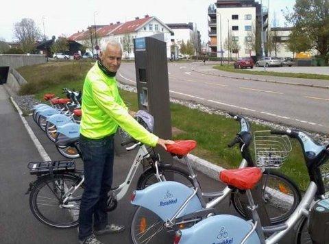 KORT: Frode Hofset i Lillestrøm kommune forteller at man kan bestille sesongkort på nett eller tredagerskort ved sykkelstasjonene for å bruke bysyklene.