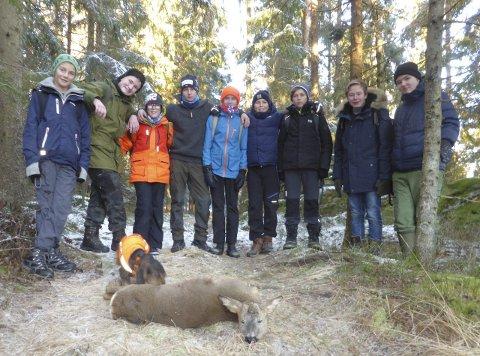 Skolejakt: Ni elever fra Øreåsen ungdomsskole fikk i helgen være med å felle et rådyr. Med friluftsliv som valgfag er veien kort til naturen og dens opplevelser.