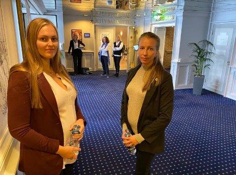 I RETTEN: Dette bildet er fra i fjor høst da  første del av saken startet opp. Maria Vågsholm (til venstre) og Elin Johannessen fortalte i retten tirsdag om hvordan manglende ekstravakter før barselpermisjon gjør at de får foreldrepenger i bare den stillingsprosenten de har fast.