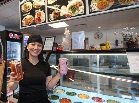 SUKSESS: Boba bubble tea er blitt en kjempesuksess for Lai Nguyen på Elisa Cafe Sushi på Kambo senter. - Jeg får inn bestillinger fra vi åpner om morgenen. Det er utrolig morsomt, sier  Lai Nguyen.