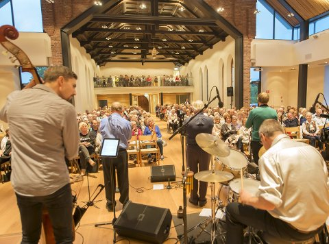 FORNØYD PUBLIKUM: Populære Magnolia Jazzband gjestet den nye kirken på Nordstrand sist uke med en konsert de mange fremmøtte sent vil glemme. Den ble avsluttet med ekstranummer og  stående applaus i mange minutter. Kirken viste seg som et flott konsertlokale.Foto: Erik Jansen