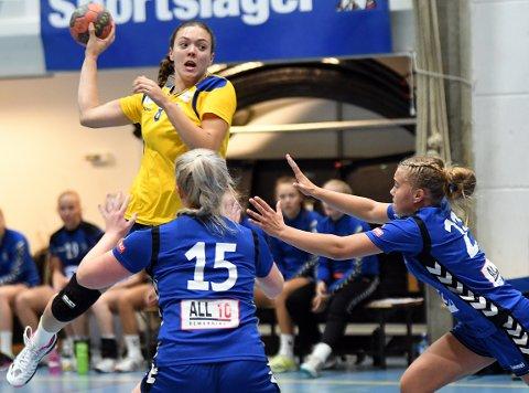 TØFFE TAK: Ida-Marie Alvestad scoret tre mål på fem skudd mot Hundvåg, men BSK var et nummer for små.