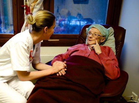 Marte Pettersen Aasvang slår av en prat med 93 år gamle Elisif Gamst. Foto: Ola Solvang