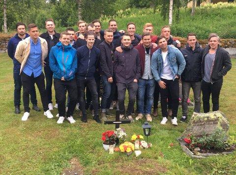 Spillerne i Krokelvdalen IL besøkte fredag graven til sin avdøde venn og medspiller, Snorre Larsen. – For mange var det en mulighet til å ta ordentlig farvel med Snorre, forteller Erik Liland i Krokelvdalen IL.