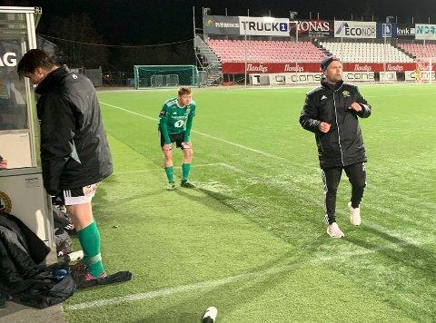 INNSER AT TO POENG GLIPPER: Alexander Samuelsen innser at TIL scorer på straffespark mens Vebjørn Grunnvoll fortviler.