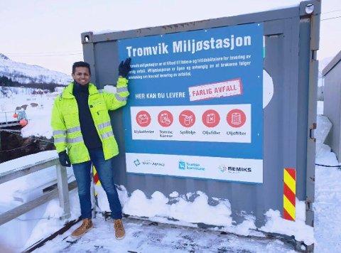 MILJØSTASJON: Johannes Storli, en av de ansatte i North Agency, foran Tromvik miljøstasjon.