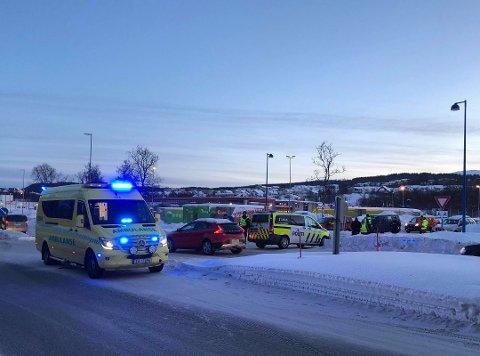 FARLIG: Forrige uke kolliderte to biler da en fører skulle krysse Kvaløyvegen. Krysset er blitt uoversiktlig og farlig, mener bilister som bruker det daglig.