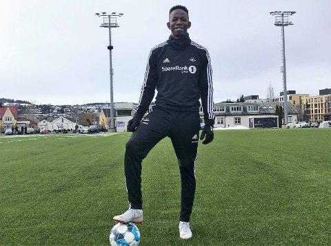 TILBAKE MED BALL: Mushaga Bakenga har jobbet seg tilbake til fotballtrening - fire måneder etter akillessenen røk i eliteseriekampen for TIL mot Odd. Opptreningen har skjedd i gamle omgivelser i Trondheim.