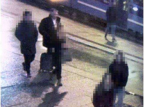 PÅ KAMERA: Her er den fornærmede mannen (bak til venstre) avbildet av et overvåkingskamera utenfor Byporten i Oslo sentrum. Til høyre for ham er Svein Ludvigsen. Overvåkingsvideoen stammer fra slutten av november 2017, en drøy måned før Ludvigsen ble pågrepet av politiet.