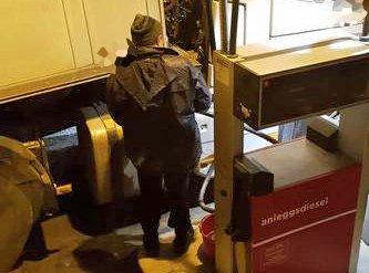 TATT PÅ FERSKEN: Her blir en utenlandsk sjåfør tatt på fersken av en norsk kollega da han fyller avgiftsfri diesel i Skibotn. Dette skjedde på et tidspunkt da det var flere biler på stasjonen, helt åpenlyst.