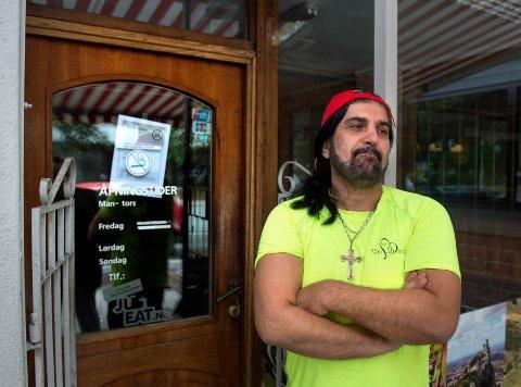 STENGT: San Marino Pizza i Strandgata ble stengt med umiddelbar virkning av Mattilsynet torsdag. Daglig leder Mansour Mansour beklager overfor kundene og kunne åpne igjen allerede mandag.