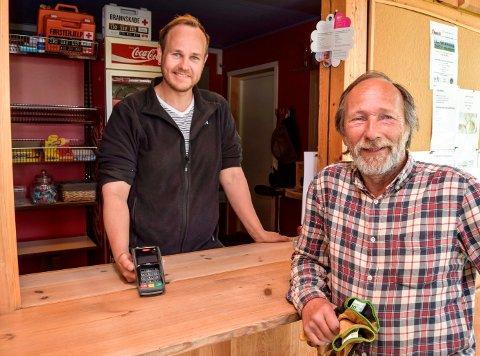 For Anders (t.v.) og Rune Selj på Lyngstrand Camping står bedre internettlinje høyt på ønskelista. Dagens kapasitet på Mbit/s er bare så vidt nok til å drifte bedriftens betalingsterminal.